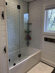 ✔ 36 lovely small master bathroom remodel on a budget 32 Bathroom Renos, Bathroom Renovations, Home Remodeling, Bathroom Makeovers, Bathroom Interior, Minimalist Small Bathrooms, Interior Minimalista, Upstairs Bathrooms, Black Bathrooms