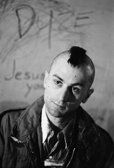 Robert De Niro as Travis Bickle in 'Taxi Driver', directed by Martin Scorsese. Martin Scorsese, Al Pacino, Great Films, Good Movies, Charlie Chaplin, Movies Showing, Movies And Tv Shows, Looks Black, Black And White