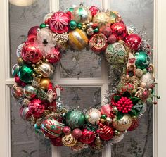 Our tutorial and 30+ tips to make your own vintage Christmas ornament wreath - Vintage Christmas Crafts, Custom Christmas Ornaments, White Christmas Trees, Christmas Ornament Wreath, Retro Christmas, Holiday Wreaths, Handmade Christmas, Christmas Mantles, Victorian Christmas
