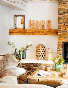 Estanterías de pared de madera con detalles decorativos como letras, faroles, jarrones y espejo