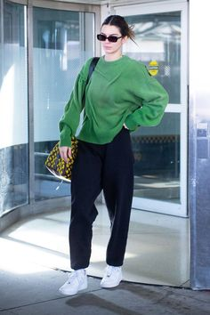 Kendall's clothes and outfits. Find out where to buy the exact clothes Kendall Jenner wore. Kendall Jenner Outfits, Kendall Jenner Mode, Kendall And Kylie, Kendall Jenner Nails, Robert Kardashian, Khloe Kardashian, Streetwear Mode, Streetwear Fashion, Estilo Jenner