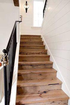 Un escalier carrelage rénové avec des palette de bois