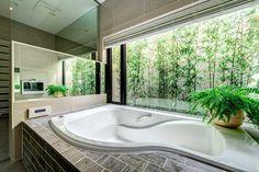 竹林をのぞむリゾートバスルーム: TERAJIMA ARCHITECTSが手掛けた洗面所/お風呂/トイレです。