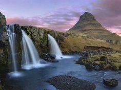 La chute Kirkjufellfoss et le mont Kirkjufel situé à Grundarfjörður sur le côté nord de la péninsule de Snæfellsnes en Islande.