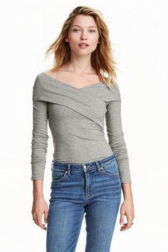Camisola em jersey decote em V: Camisola justa ao corpo em jersey de algodão com mangas compridas, decote em V e traçado na parte superior.
