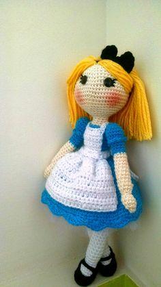 Alicia amigurumi Alice In Wonderland, Crochet Hats, Dolls, Christmas Ornaments, Holiday Decor, Home Decor, Amigurumi Doll, Clowns, Mascaras