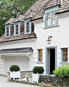 Unusual Exterior Paint Color Combos That Actually Look Really Great White Exterior Houses, Exterior Trim, House Paint Exterior, Exterior House Colors, White Houses, Exterior Design, White House Exteriors, Wall Exterior, Exterior Remodel