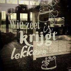 Hij komt, hij komt   #Sinterklaas #voorbereidingen review blog Mama's Liefste #raamtekening #krijtstifttekening Ramen, Neon Signs, Blog, Diy, Bricolage, Blogging, Do It Yourself, Fai Da Te, Diys