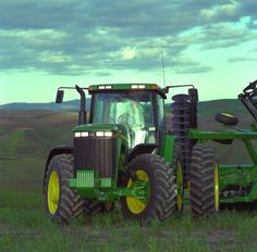 John Deere 8000 Series tractors are specifically designed to provide optimum comfort to operators as they maximize uptime and reduce operational costs out in the field. Old John Deere Tractors, Jd Tractors, Vintage Tractors, Chevy Trucks Older, Old Ford Trucks, Lifted Chevy Trucks, Pickup Trucks, John Deere Equipment, Heavy Equipment