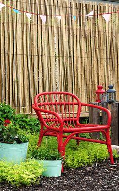 Fina fåtöljen ALBACKEN i rotting från IKEA, kollektionen Kryddstarkt. I bakgrunden pilmatta (bambumatta) från Rusta.