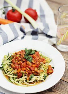 svenjasparkling: Einfaches & gesundes Rezept: Zoodles mit veganer Bolognese   + 3 Vorteile von Zucchininudeln