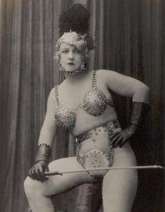 Para 1930 ya estaban produciendo muchas prendas que hoy son ícono del fetichismo como esposas, collares con cadenas y bizarros conjuntos de dominatriz hechos de cuero, goma y hasta metal.