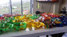 Blumen-Kunstwerk aus PET-Flaschen-Böden - einfacher als das Ergebnis vermuten lässt! Flower Artwork, Pet Bottle, Class Projects, Branches, Blog, Table Decorations, Flowers, Material, Home Decor