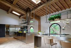 Cucina modello Convivium by #ARCLINEA. Con Arclinea la cucina è un luogo funzionale, organizzato al meglio, progettato nello spazio. Acciaio inox per una cucina professionale a casa tua.