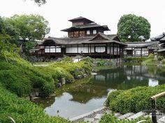 西本願寺 飛雲閣:金閣、銀閣とともに京都三名閣の一つ。秀吉が建てた聚楽第(じゅらくだい・てい)の一部で、三層からなる楼閣建築.第一層が入母屋と唐破風を配しているように左右非対照になっている.