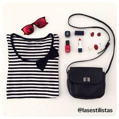 Un lazo de tul añade feminidad a la camiseta marinera, no te encanta? / a lace bow adds a girly touch to the navy tee, don't you live it?  #fashion #makeup #outfit