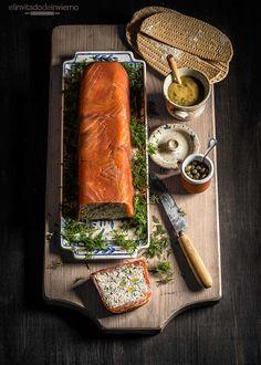 Facilísima receta de terrina de salmón ahumado sin horno, en frío, con relleno de queso crema, salmón y hierbas. Con fotos paso a paso