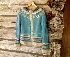 Ravelry: Cardigan Ariel/ Koftan Ariel pattern by Veronika Lindberg Knitting Designs, Knitting Patterns, Knitting Ideas, Icelandic Sweaters, Fair Isles, Fair Isle Pattern, Hand Knitted Sweaters, Fair Isle Knitting, Knitting For Kids