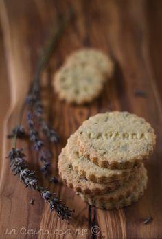 Biscotti alla lavanda friabili e burrosi, leggermente profumati. Cheesecake, Mediterranean Recipes, Something Sweet, Italian Recipes, Sweet Recipes, Tea Time, Bakery, Sweet Treats, Muffin