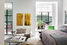 Dormitorio moderno con cristales de Paolo Venini montados sobre placas metálicas, sillón francés de los años 50 y mesa modelo 'PK61', del diseñador danés Poul Kjaerholm. Junto a la cama, sillón de Joseph André Motte y escultura River Styx de Dimitri Hadzi.