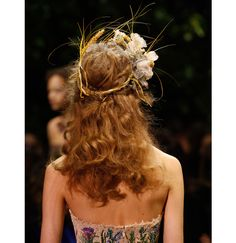 Néo-frange futuriste, ondulations messy façon jeune fille romantique ou bijoux de tête à profusion… Zoom sur les effets capillaires les plus remarqués sur les catwalks de la Fashion Week haute couture.
