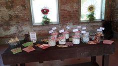 Il tavolo della #confettata coi colori del matrimonio, i sacchettini colorati di carta e le mollette da bucato di una volta..