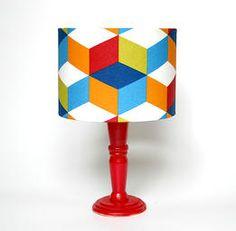 Abajur Rubik Com cúpula em tecido e base em madeira, o abajur rubik com estampa colorida garante um toque moderno para salas, quartos e ambientes diversos.  R$ 130,00  www.meemoo.com.br