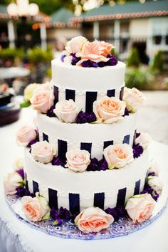 I don't like these colors but the flowers around the cake looks really pretty!