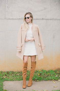 look chic de inverno com vestido urto, bota overknee e casaco nude