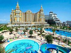Antalya, Turkije, Hotel Royal Holiday Palace 5*. Een van de mooiste, luxueuze en nieuwste hotels in Lara/ Antalya. Met zijn architectuur en comfort. Prachtige tuin en zwembaden. Breed privé- strand waar u volop kunt genieten van zon, zee, strand.