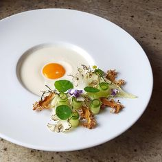 An egg in autumn Gourmet Appetizers, Gourmet Recipes, Gourmet Foods, Food Plating Techniques, Michelin Star Food, Perfect Food, Culinary Arts, Food Design, Creative Food