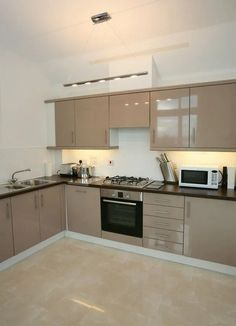 beige kitchen design ideas that look beautiful and lasts for years page 6 Kitchen Room Design, Kitchen Interior, Kitchen Decor, Kitchen Tiles, Plywood Kitchen, Beige Kitchen Cabinets, Oak Cabinets, Kitchen Modular, Interior Design Kitchen