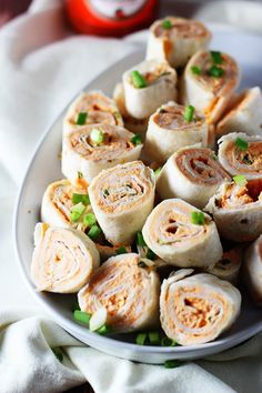 Five Ingredient Buffalo Chicken Pinwheels. Easy to make at home and have on hand for snacks or packed lunches. Buffalo Chicken Roll Up, Buffalo Chicken Pinwheels, Chicken Roll Ups, Chicken Wraps, Snacks Road Trip, Travel Snacks, Snacks For The Road, Road Trip Meals, Road Trips