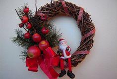 Appendere una ghirlanda natalizia alla porta di ingresso è una tradizione a cui la maggior parte degli italiani non...