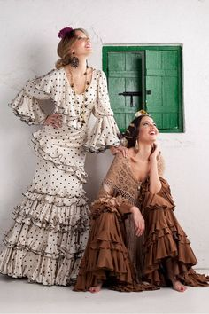 Nuevos trajes de flamenca para el 2016 con nuestra colección Gitanillas Andaluzas. Toda la esencia de El Ajolí al alcance de tu mano. Visítanos. Flamenco Rock, Flamenco Dancers, Flamenco Dresses, Flamenco Costume, Mexican Outfit, Edwardian Dress, Clothing Items, Traditional Dresses, Designer Wear