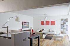 Salon clair avec cuisine ouverte