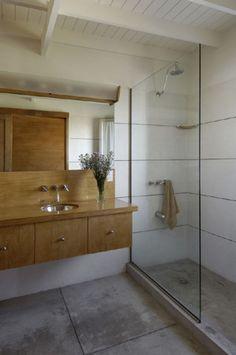 wood bathroom. white bathroom.  summer bathroom.  www.martingomezarquitectos.com