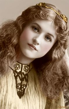 """Maude Fealy (March 1883 – November was an American stage and film actress who appeared in nearly every film made by Cecil B. DeMille in the post silent film era"" - What a beautiful portrait! Vintage Abbildungen, Images Vintage, Vintage Girls, Vintage Pictures, Vintage Beauty, Old Pictures, Vintage Children, Old Photos, Antique Photos"