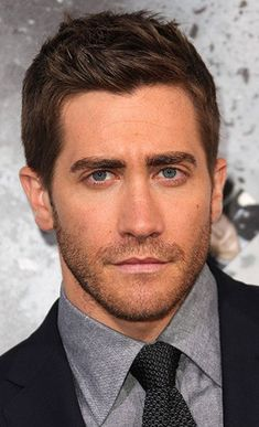 Men Hairstyles that Compliments Face Shape. Jake Gyllenhaal. Men's haircut for oblong face.