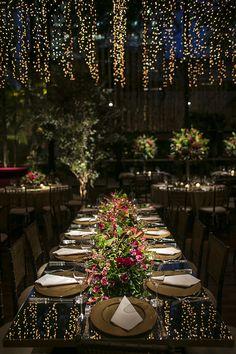 Esta decoração de casamento, assinada pela Disegno Ambientes, teve foco no aéreo. Treliças de gloriosas intercaladas com cortinas de luzinhas (feitas por R