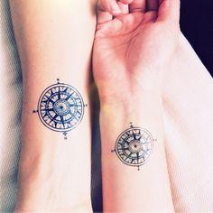 idée de tatouage rose des vents pour un couple qui aime voyager