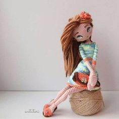How to use the wefts to make the hair for your amigurumi doll Crochet Doll Pattern, Crochet Art, Cute Crochet, Beautiful Crochet, Crochet Patterns, Yarn Dolls, Knitted Dolls, Crochet Dolls, Doll Tutorial