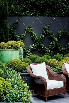 Urban Garden Design A small yard shouldn't be uninspiring. Learn how to transform what little space you have into an urban oasis by getting on board with vertical gardens, climbing vines and potted feature plants. Vertical Garden Design, Small Garden Design, Vertical Gardens, Urban Garden Design, Garden Wall Designs, House Garden Design, Small Back Garden Ideas, Fence Design, Court Yard Garden Ideas