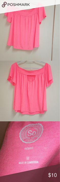 Women's top Pink off shoulder crop top, with gathers at the neck. Sleek and trendy for a woman of class. It is new, without tag. In perfect condition. No tear, no hole, no blemish whatsoever Authentic American Heritage Tops Crop Tops