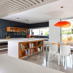 Diseño  de isla de cocina con estantes para libros