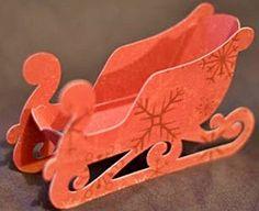 A csatolt sablon alapján színes kartonpapírból kiszabva, ragasztással készíthető el a képen láthatóhoz hasonló szán. Rénszarvas is állhat ...