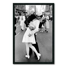 One of the most iconic photos in history taken on Victory over Japan Day, the Alfred Eisenstaedt Kissing on VJ Day in Times Square Wall Art is perfect for adding a touch of history to your wall. The picture shows a sailor kissing a nurse in Times Square. New York Poster, Times Square, Top Photos, Iconic Photos, Famous Photos, 1940s Photos, Legendary Pictures, Amazing Photos, Famous Portraits