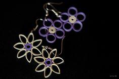 Orecchini in filigrana di carta colore avorio e lilla, di forma floreale. Paper quilling flower-shape earrings, ivory and lilac colours.