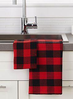 Les célèbres carreaux chasseurs créent une ambiance rustique chic en tons typiques de noir et rouge.  Articles vendus séparément.      Dimensions   Linge à vaisselle : 50x70 cm  Essuie-tout : 36x36 cm