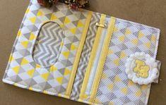 Porta Fraldas, creme e lenço umedecido no Elo7 | Arte em Patchwork by Emilene Schneider (B6E1C9) Baby Changing Bags, Changing Pad, Baby Equipment, Baby Quilts, Diaper Bag, Baby Shower, Embroidery, Sewing, Gifts